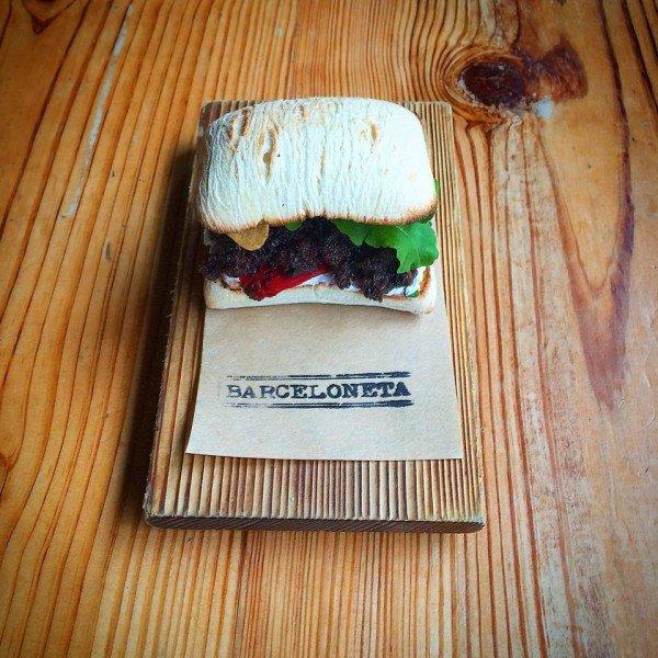 Sandwich de salchicha negra, queso de cabra, piquillo, chips de ajo. Foto: Barceloneta South Beach