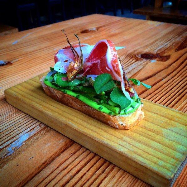 Vegetales con jamón ibérico en rebanada de pan. Foto: Barceloneta South Beach